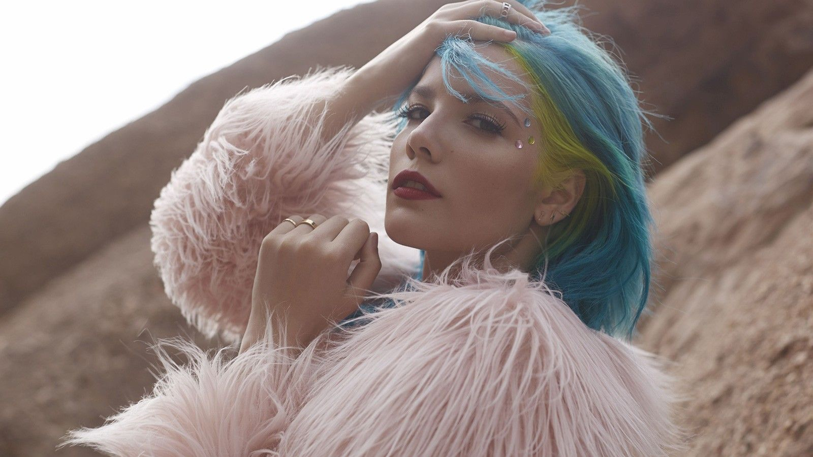 Halsey performs 'New Americana' and a cover of The 1975's 'The ...