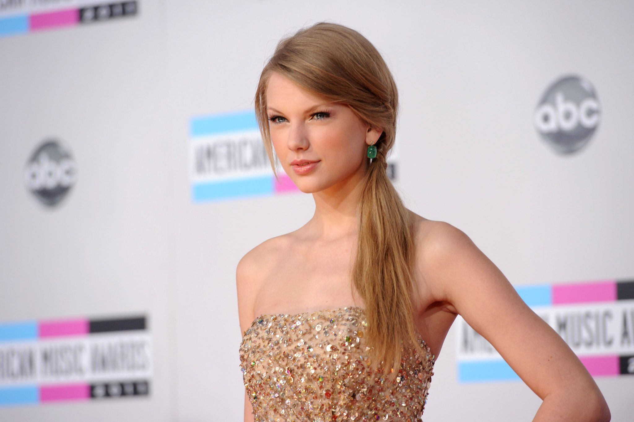 Taylor Swift Pictures in Sparkly Reem Acra Dress at 2011 American ...