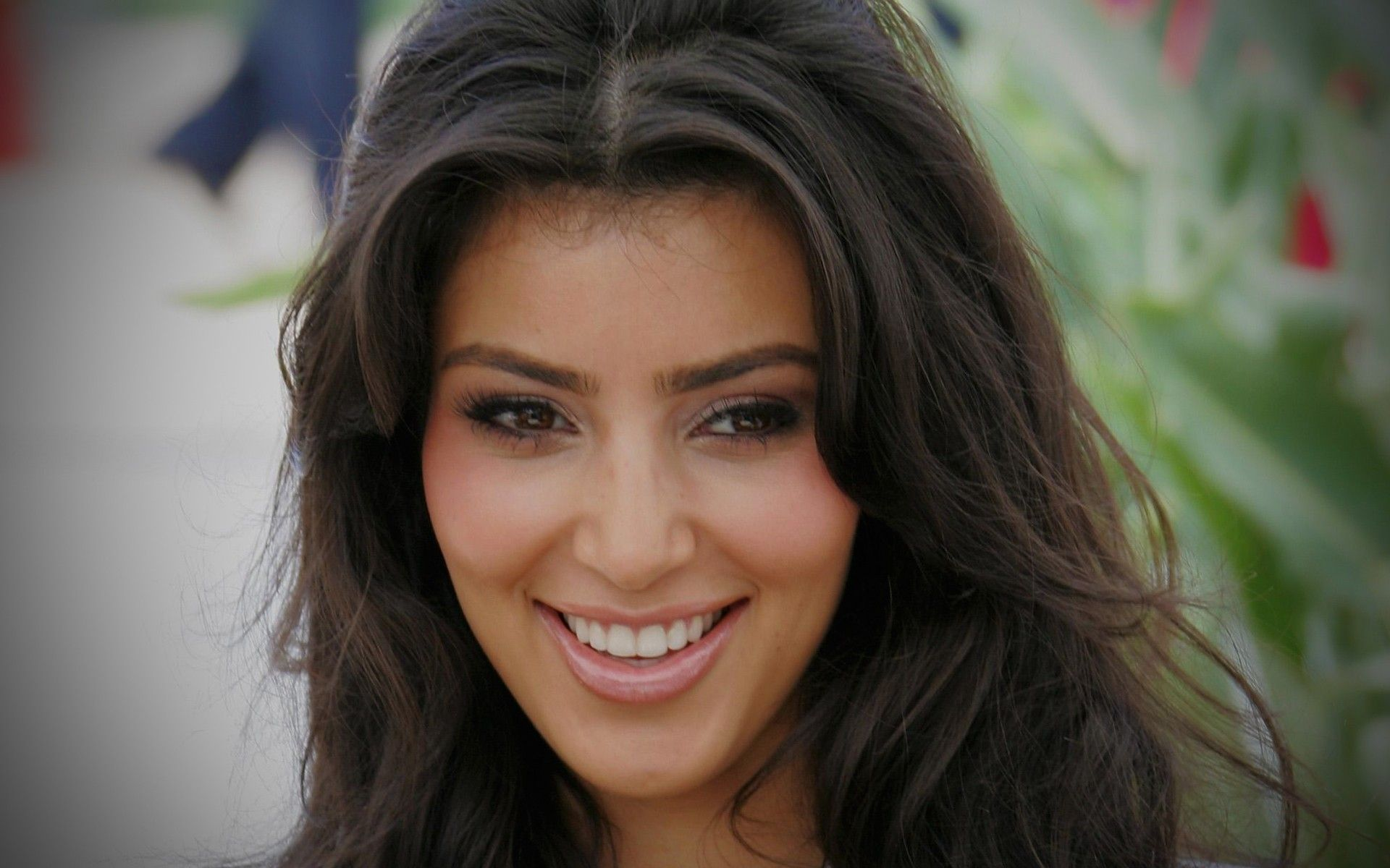 Kim Kardashian Natural Look widescreen wallpaper | Wide-Wallpapers.NET