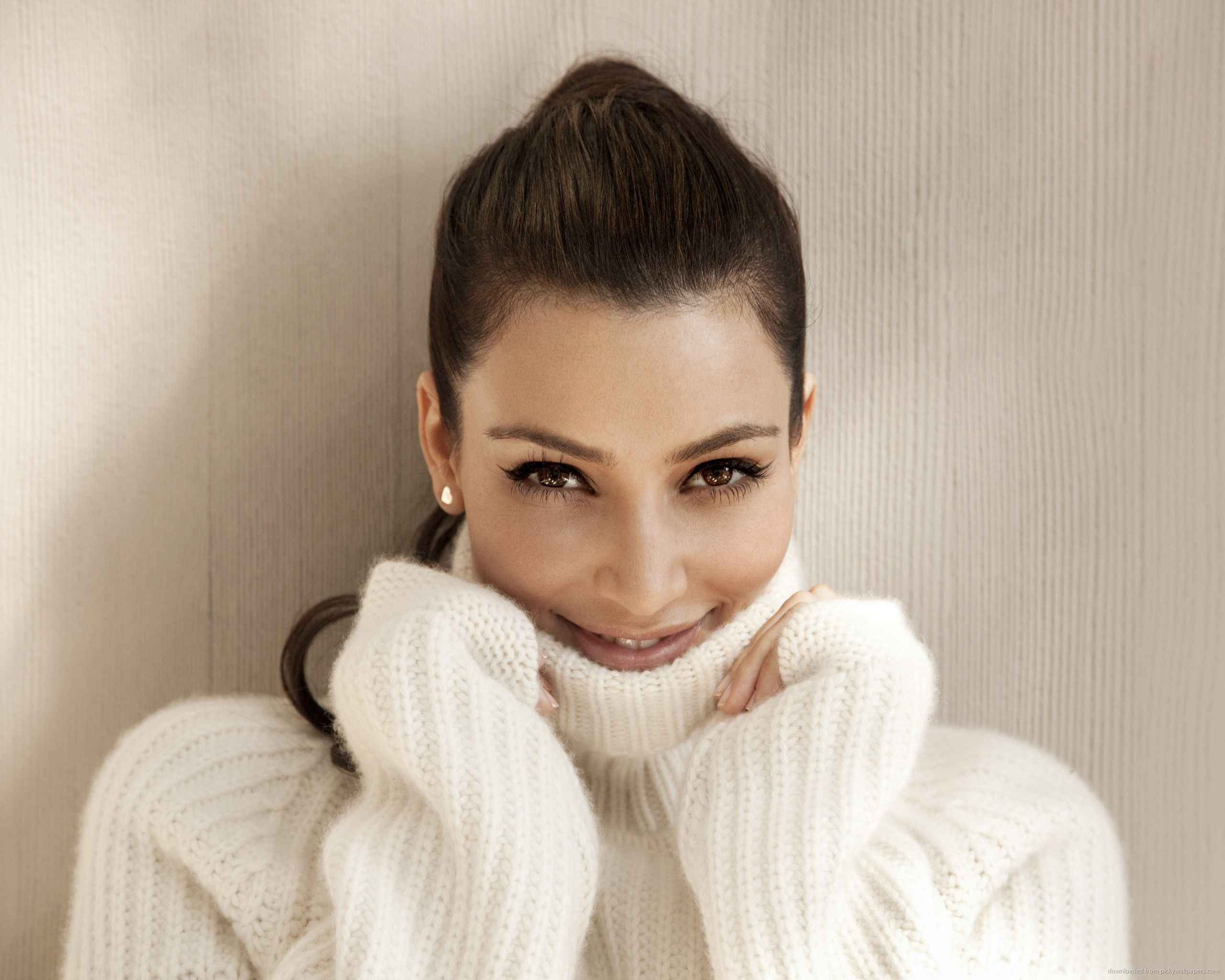 Download 2560x2048 Cute Kim Kardashian In Comfy White Sweater ...