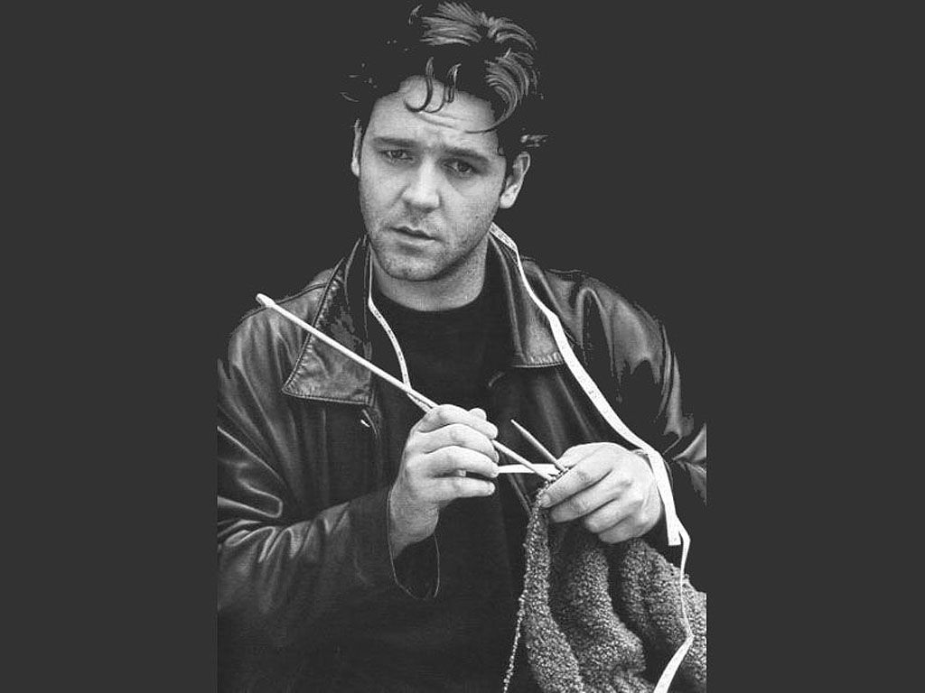 Russell Crowe Knitting Wallpapers