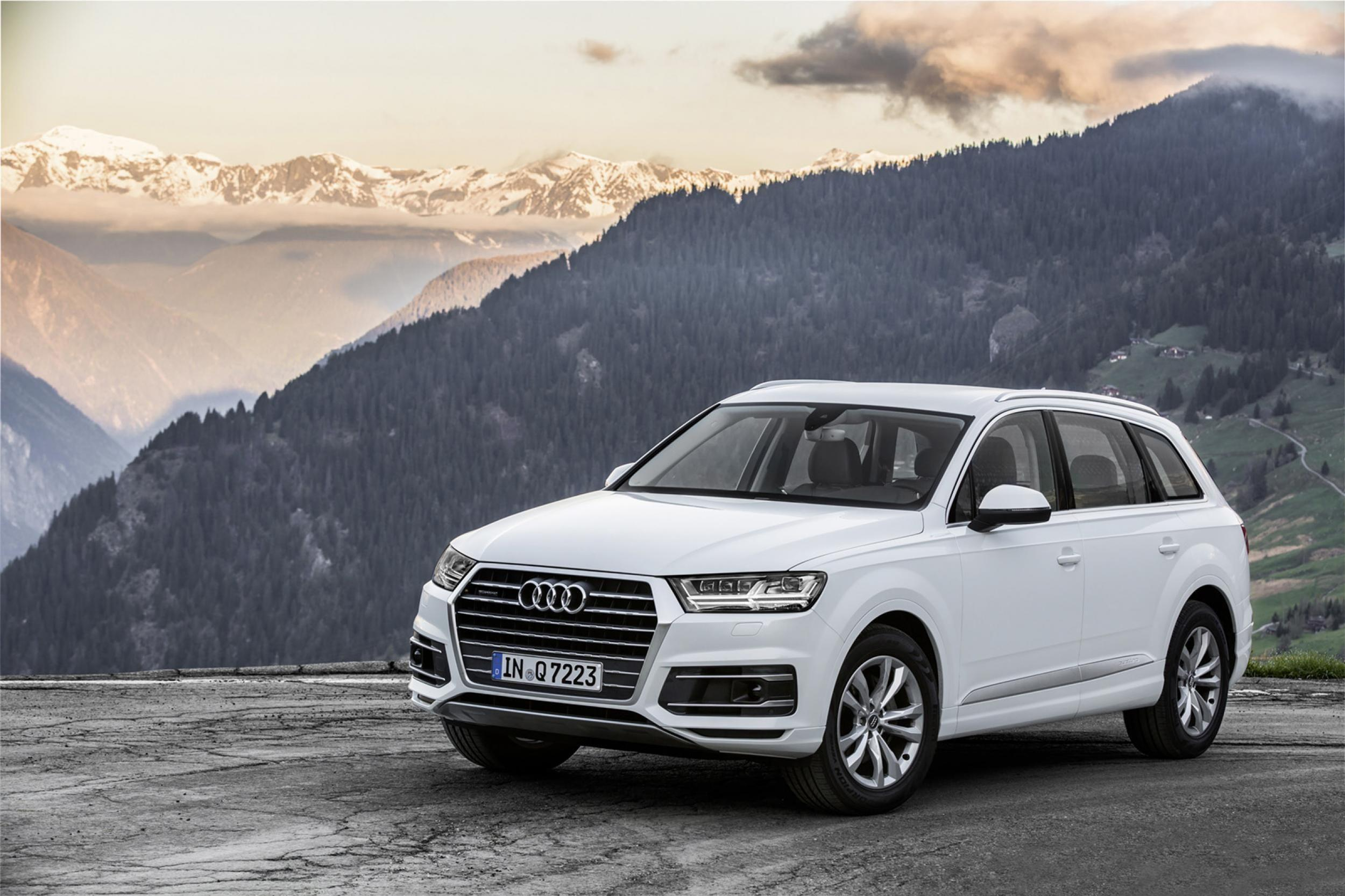 White 2017 Audi Q7 Wallpapers