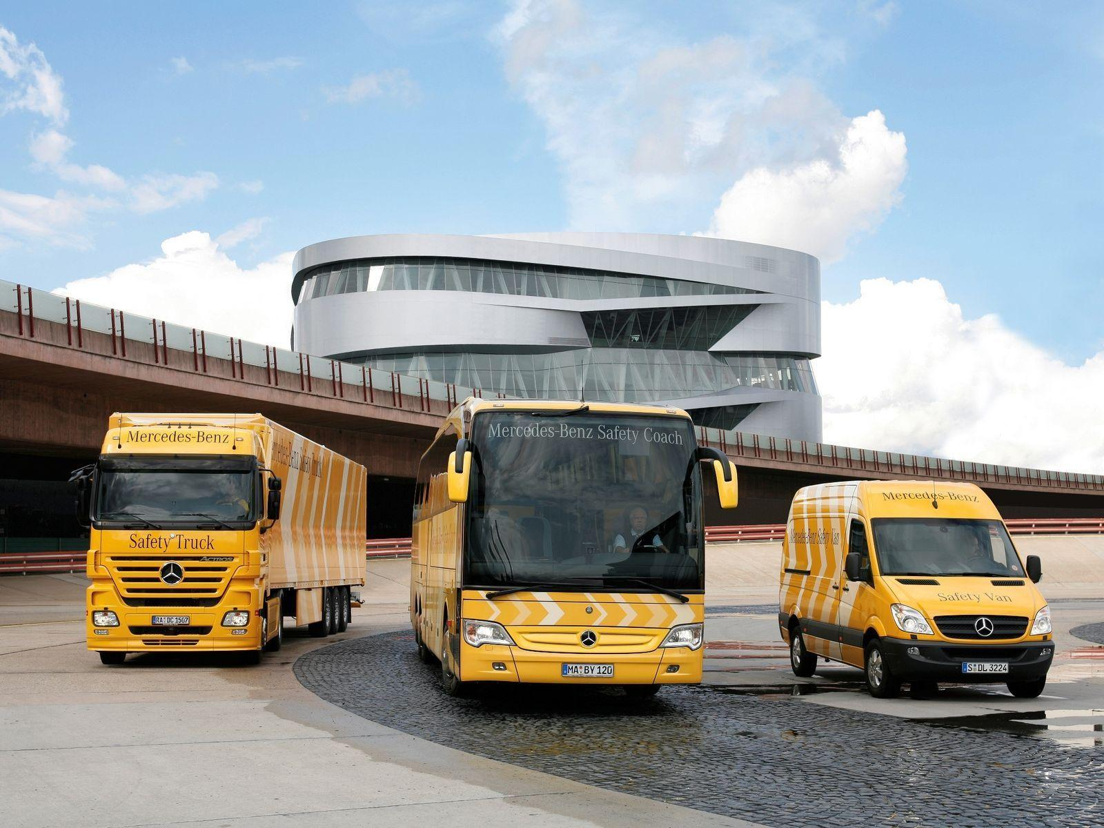 Download Wallpapers mercedes bus truck airport actros, 1600x1200